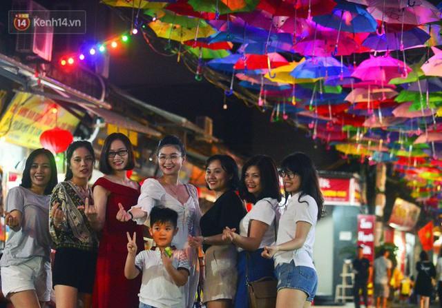 Hà Nội xuất hiện con đường ô lãng mạn như ở Bồ Đào Nha, người dân ùn ùn kéo đến chụp ảnh - Ảnh 12.