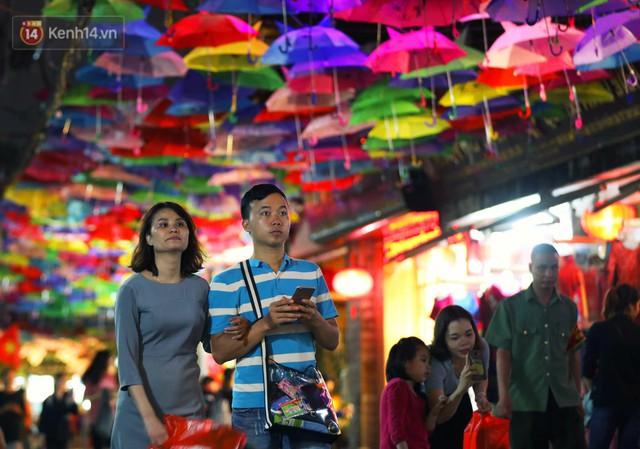 Hà Nội xuất hiện con đường ô lãng mạn như ở Bồ Đào Nha, người dân ùn ùn kéo đến chụp ảnh - Ảnh 14.