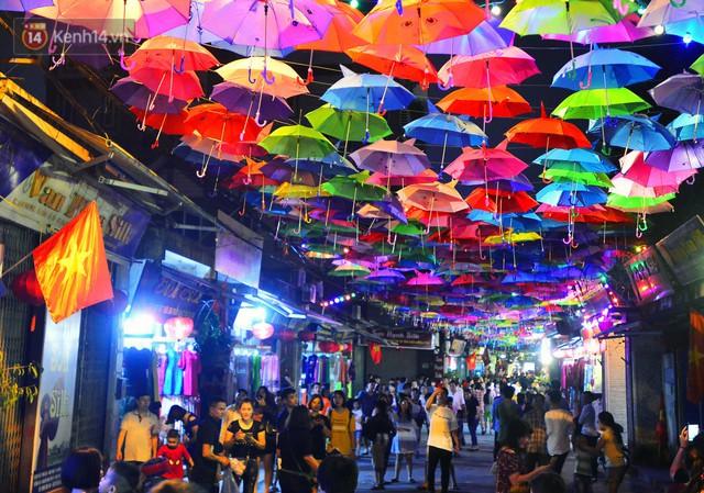 Hà Nội xuất hiện con đường ô lãng mạn như ở Bồ Đào Nha, người dân ùn ùn kéo đến chụp ảnh - Ảnh 16.