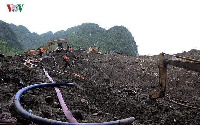 Sập mỏ vàng ở Hòa Bình: Hình ảnh cứu hộ ngày thứ 5 liên tiếp - Ảnh 3.