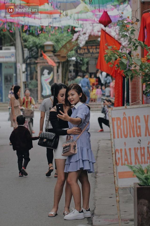 Hà Nội xuất hiện con đường ô lãng mạn như ở Bồ Đào Nha, người dân ùn ùn kéo đến chụp ảnh - Ảnh 4.