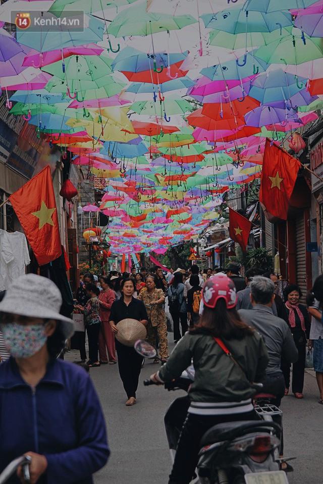 Hà Nội xuất hiện con đường ô lãng mạn như ở Bồ Đào Nha, người dân ùn ùn kéo đến chụp ảnh - Ảnh 8.