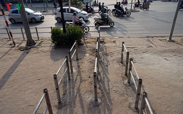Hàng rào trụ sắt chặn dòng người đi ngược chiều trên phố Tố Hữu - Ảnh 1.