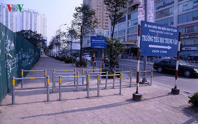 Hàng rào trụ sắt chặn dòng người đi ngược chiều trên phố Tố Hữu - Ảnh 2.