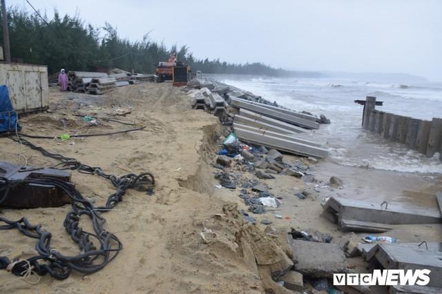 Ảnh: Kè cứng dang dở, sóng lớn đánh tan nát bờ biển xã đảo ở Quảng Nam - Ảnh 1.