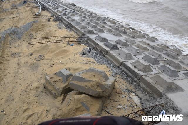 Ảnh: Kè cứng dang dở, sóng lớn đánh tan nát bờ biển xã đảo ở Quảng Nam - Ảnh 2.