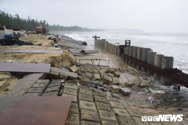 Ảnh: Kè cứng dang dở, sóng lớn đánh tan nát bờ biển xã đảo ở Quảng Nam - Ảnh 11.