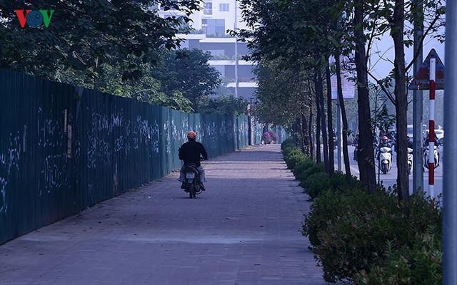 Hàng rào trụ sắt chặn dòng người đi ngược chiều trên phố Tố Hữu - Ảnh 13.