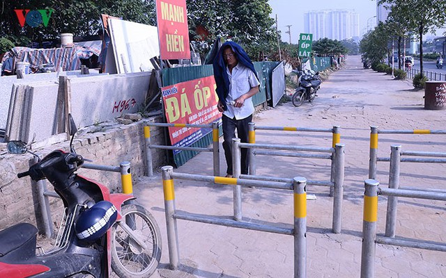 Hàng rào trụ sắt chặn dòng người đi ngược chiều trên phố Tố Hữu - Ảnh 3.