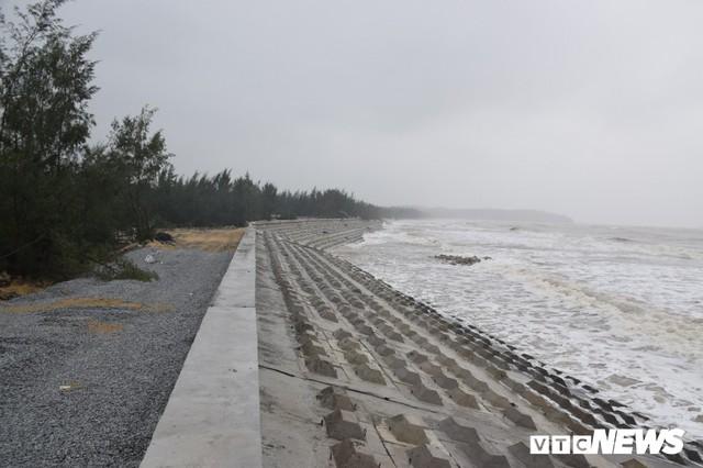 Ảnh: Kè cứng dang dở, sóng lớn đánh tan nát bờ biển xã đảo ở Quảng Nam - Ảnh 3.