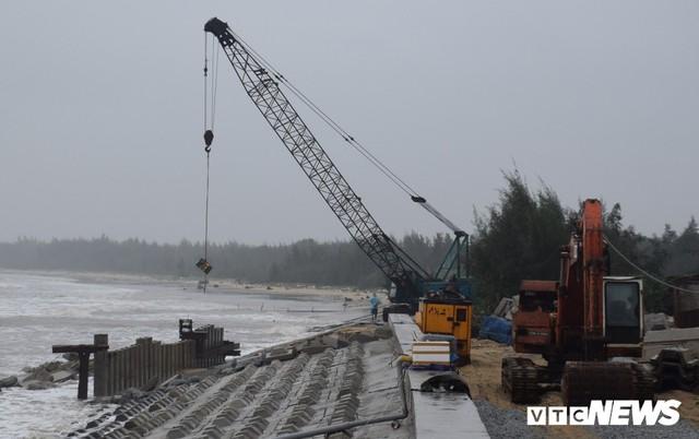Ảnh: Kè cứng dang dở, sóng lớn đánh tan nát bờ biển xã đảo ở Quảng Nam - Ảnh 4.