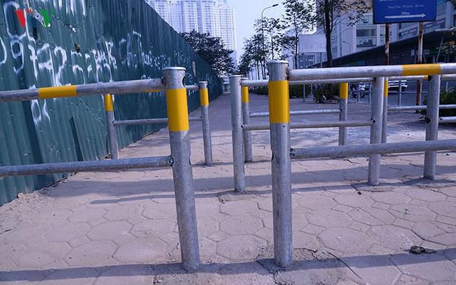Hàng rào trụ sắt chặn dòng người đi ngược chiều trên phố Tố Hữu - Ảnh 5.