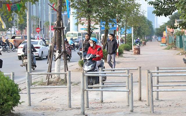Hàng rào trụ sắt chặn dòng người đi ngược chiều trên phố Tố Hữu - Ảnh 6.