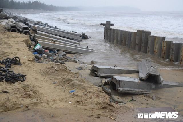 Ảnh: Kè cứng dang dở, sóng lớn đánh tan nát bờ biển xã đảo ở Quảng Nam - Ảnh 7.