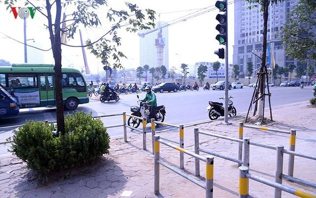 Hàng rào trụ sắt chặn dòng người đi ngược chiều trên phố Tố Hữu - Ảnh 8.
