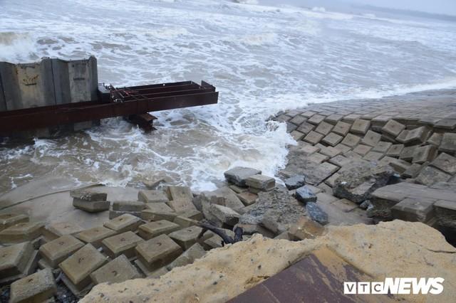 Ảnh: Kè cứng dang dở, sóng lớn đánh tan nát bờ biển xã đảo ở Quảng Nam - Ảnh 8.