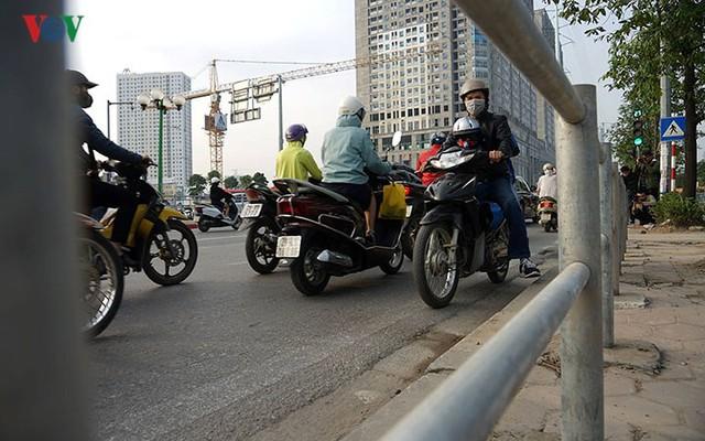Hàng rào trụ sắt chặn dòng người đi ngược chiều trên phố Tố Hữu - Ảnh 9.