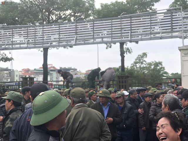 Hàng trăm người lạ mặt trèo tường, vây kín trụ sở VFF để đòi mua vé chung kết AFF Cup 2018 - Ảnh 2.