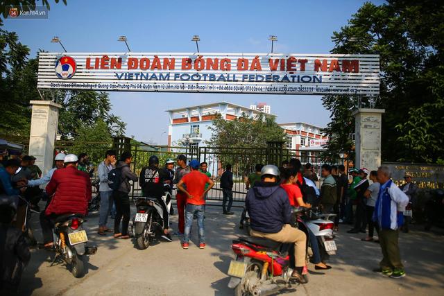 Hàng trăm người lạ mặt trèo tường, vây kín trụ sở VFF để đòi mua vé chung kết AFF Cup 2018 - Ảnh 3.
