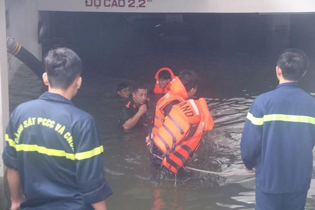 Bơm nước giải cứu ôtô, xe máy ngập trong hầm chung cư Đà Nẵng   - Ảnh 1.