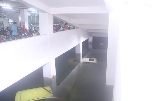 Bơm nước giải cứu ôtô, xe máy ngập trong hầm chung cư Đà Nẵng   - Ảnh 2.