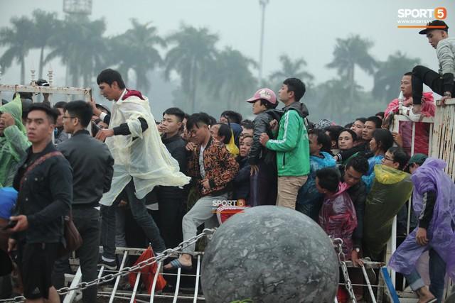 Từ Việt Nam đến Malaysia: Để có vé xem AFF Cup phải đánh đổi bằng cả máu và nước mắt - Ảnh 3.