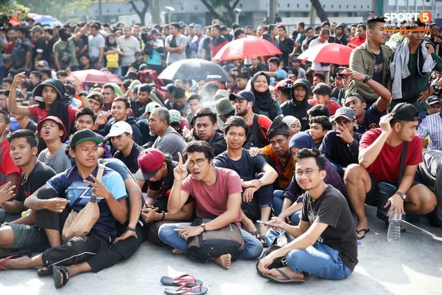 Từ Việt Nam đến Malaysia: Để có vé xem AFF Cup phải đánh đổi bằng cả máu và nước mắt - Ảnh 4.