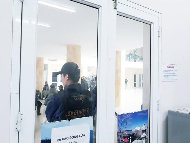 Hàng trăm người lạ mặt trèo tường, vây kín trụ sở VFF để đòi mua vé chung kết AFF Cup 2018 - Ảnh 5.