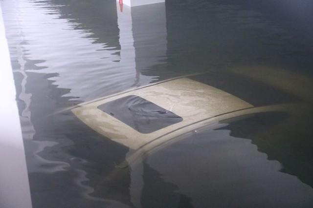 Bơm nước giải cứu ôtô, xe máy ngập trong hầm chung cư Đà Nẵng   - Ảnh 4.