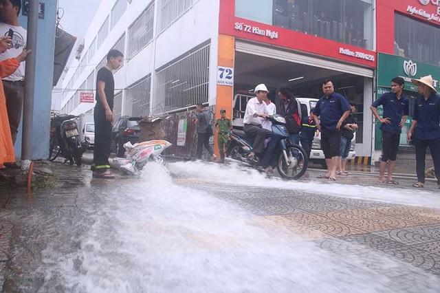 Bơm nước giải cứu ôtô, xe máy ngập trong hầm chung cư Đà Nẵng   - Ảnh 5.