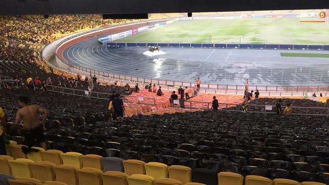 Sân vận động Bukit Jalil đang ngập vì mưa lớn, đội tuyển Việt Nam có khả năng phải thủy chiến với Malaysia - Ảnh 2.