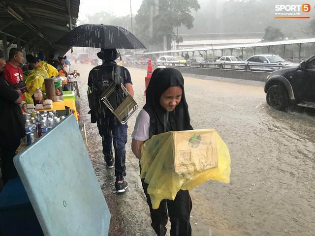 Sân vận động Bukit Jalil đang ngập vì mưa lớn, đội tuyển Việt Nam có khả năng phải thủy chiến với Malaysia - Ảnh 3.