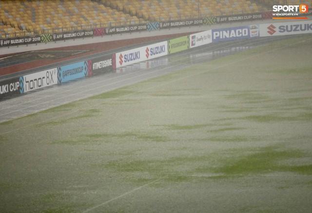 Sân vận động Bukit Jalil đang ngập vì mưa lớn, đội tuyển Việt Nam có khả năng phải thủy chiến với Malaysia - Ảnh 1.