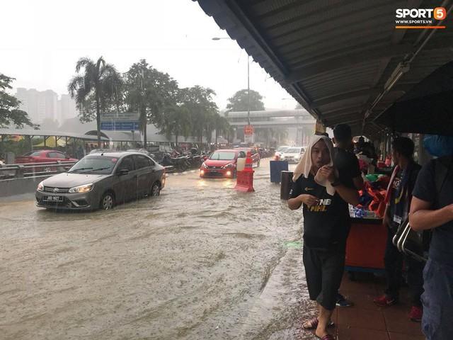 Sân vận động Bukit Jalil đang ngập vì mưa lớn, đội tuyển Việt Nam có khả năng phải thủy chiến với Malaysia - Ảnh 4.