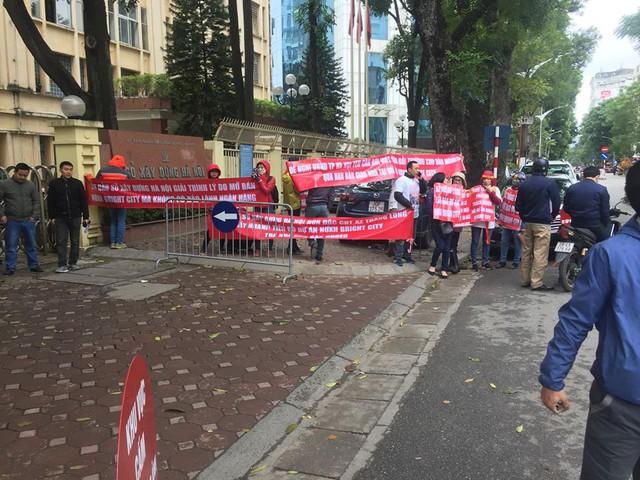 Người dân đội mưa rét lên Sở Xây dựng Hà Nội đòi Nhà ở Xã hội - Ảnh 1.