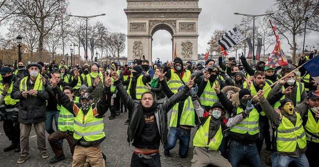 """Ông Macron """"thất thủ"""" ở Paris và lời cảnh báo cho châu Âu - Ảnh 1."""