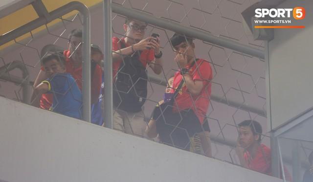 Có vé trong tay, cổ động viên Việt Nam vẫn phải trèo rào vào sân xem chung kết AFF Cup 2018 - Ảnh 1.