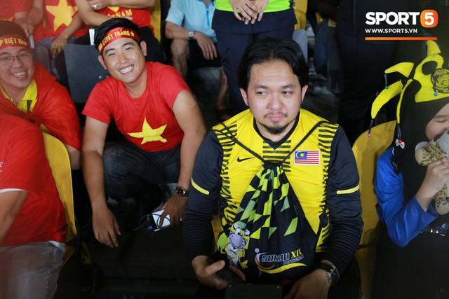 Có vé trong tay, cổ động viên Việt Nam vẫn phải trèo rào vào sân xem chung kết AFF Cup 2018 - Ảnh 2.