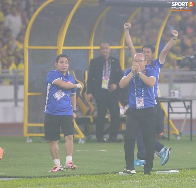 HLV Park Hang-seo lạnh lùng, đưa học trò về mặt đất ngay sau bàn thắng thứ 2 - Ảnh 2.