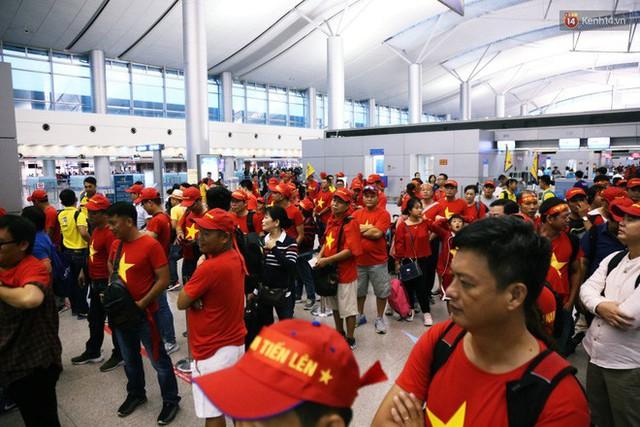 CĐV nhuộm đỏ sân bay Nội Bài và Tân Sơn Nhất, lên đường sang Malaysia tiếp lửa cho ĐT Việt Nam trong trận chung kết AFF Cup - Ảnh 12.