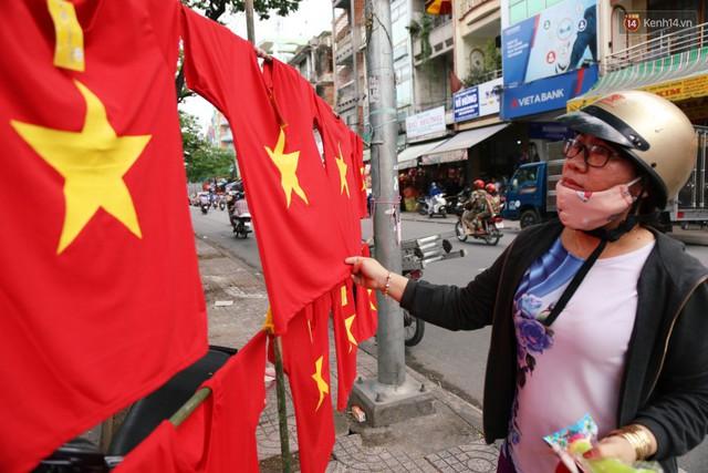 Quốc kỳ, áo đỏ sao vàng cháy hàng ở Sài Gòn trước trận chung kết lượt đi AFF Cup 2018 - Ảnh 14.