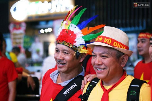 CĐV nhuộm đỏ sân bay Nội Bài và Tân Sơn Nhất, lên đường sang Malaysia tiếp lửa cho ĐT Việt Nam trong trận chung kết AFF Cup - Ảnh 16.