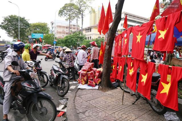 Quốc kỳ, áo đỏ sao vàng cháy hàng ở Sài Gòn trước trận chung kết lượt đi AFF Cup 2018 - Ảnh 17.