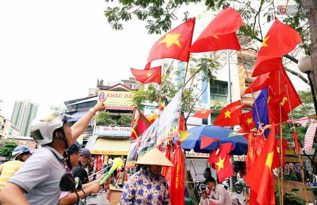 Quốc kỳ, áo đỏ sao vàng cháy hàng ở Sài Gòn trước trận chung kết lượt đi AFF Cup 2018 - Ảnh 19.