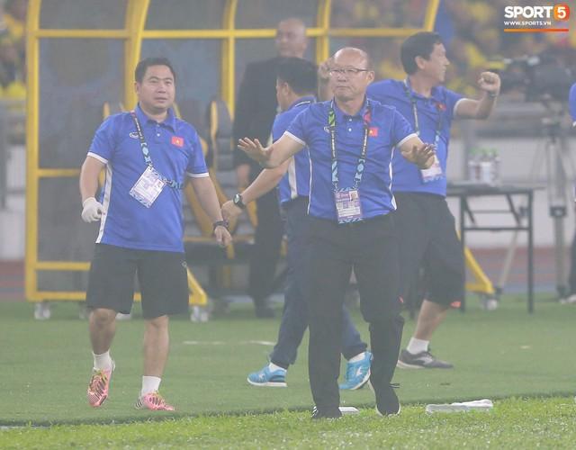 HLV Park Hang-seo lạnh lùng, đưa học trò về mặt đất ngay sau bàn thắng thứ 2 - Ảnh 3.