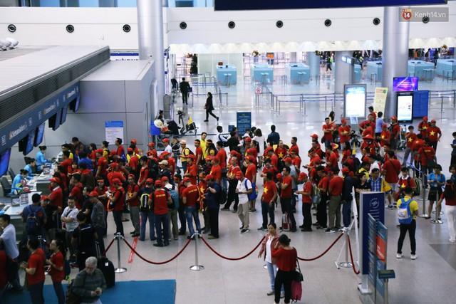CĐV nhuộm đỏ sân bay Nội Bài và Tân Sơn Nhất, lên đường sang Malaysia tiếp lửa cho ĐT Việt Nam trong trận chung kết AFF Cup - Ảnh 21.