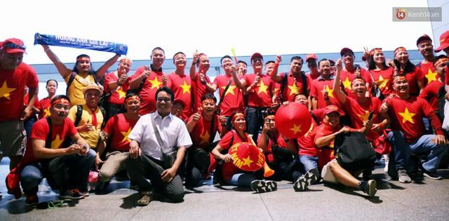 CĐV nhuộm đỏ sân bay Nội Bài và Tân Sơn Nhất, lên đường sang Malaysia tiếp lửa cho ĐT Việt Nam trong trận chung kết AFF Cup - Ảnh 22.
