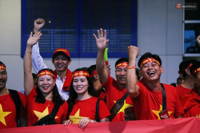 CĐV nhuộm đỏ sân bay Nội Bài và Tân Sơn Nhất, lên đường sang Malaysia tiếp lửa cho ĐT Việt Nam trong trận chung kết AFF Cup - Ảnh 23.