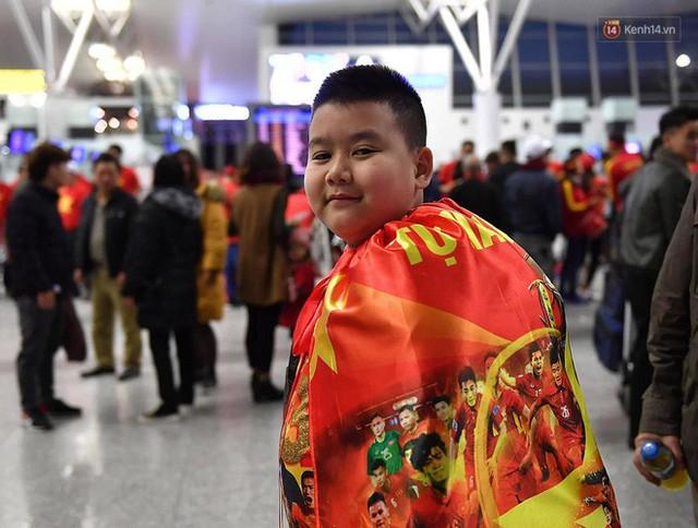 CĐV nhuộm đỏ sân bay Nội Bài và Tân Sơn Nhất, lên đường sang Malaysia tiếp lửa cho ĐT Việt Nam trong trận chung kết AFF Cup - Ảnh 4.