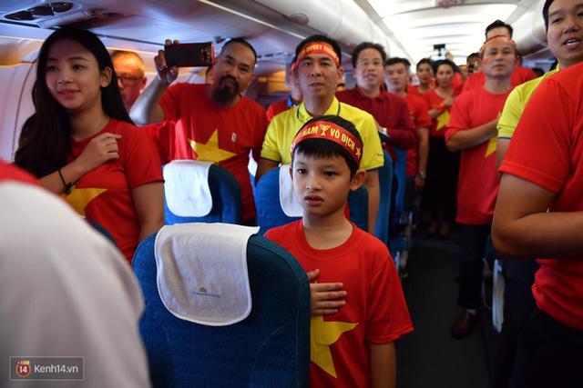CĐV Việt Nam cùng nhau hát Quốc ca ở độ cao 10.000m, hết mình cổ vũ cho ĐT nước nhà trong trận chung kết AFF Cup 2018 - Ảnh 5.